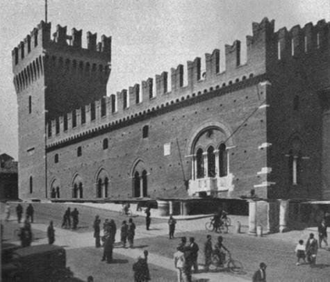 """Palazzo Comunale di Ferrara in una foto d'epoca, facciata - Fonte: """"M.A. de Caterina, Marcello Dudovich: le decorazioni murali (1906 - 1947)""""."""