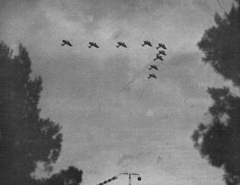 """Foto pubblicata su una rivista dell'epoca (giugno 1932), con esercitazioni durante la """"Giornata dell'Ala"""" (27 maggio 1932): Acrobazie della 71 squadriglia in volo rovesciato – Fonte: """"M.A. de Caterina, Marcello Dudovich: le decorazioni murali (1906 - 1947)""""."""