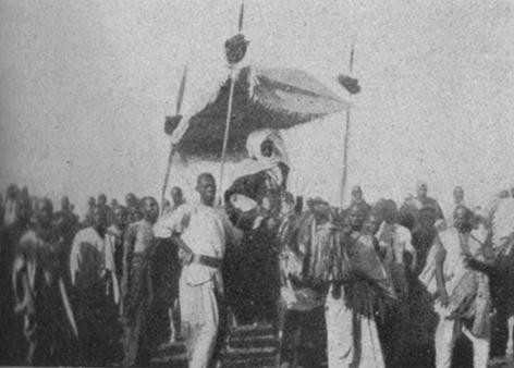 """Foto da una pubblicazione dell'epoca (1938), Un sultano del Baghirmi – Fonte: """"M.A. de Caterina, Marcello Dudovich: le decorazioni murali (1906 - 1947)""""."""