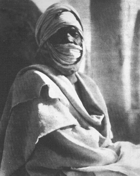 """Fotografia pubblicata su una rivista d'epoca (1936), Tuareg del Fezzan – Fonte: """"M.A. de Caterina, Marcello Dudovich: le decorazioni murali (1906 - 1947)""""."""