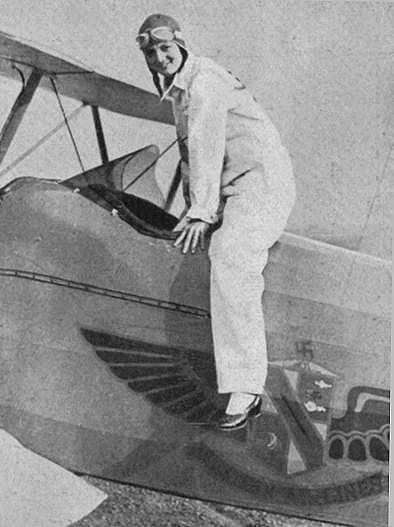 """Foto pubblicata su una rivista d'epoca (1929), Un'aviatrice in servizio sulle linee americane dell'ovest - Fonte: """"M.A. de Caterina, Marcello Dudovich: le decorazioni murali (1906 - 1947)""""."""