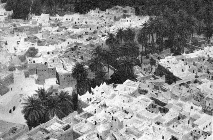"""Fotografia da una rivista d'epoca (1937), Veduta aerea di Gadames (Libia) – Fonte: """"M.A. de Caterina, Marcello Dudovich: le decorazioni murali (1906 - 1947)""""."""