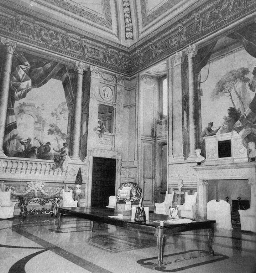 """Salone Turco di Palazzo Colonna a Roma, 1758, veduta d'insieme della parete d'ingresso e di quella settentrionale – Fonte: """"M.A. de Caterina, Marcello Dudovich: le decorazioni murali (1906 - 1947)""""."""