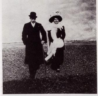 """M. Dudovich e la moglie Elisa sulla spiaggia, fotografia, 1910 circa. Trieste, raccolta privata. Fonte: F. Farina, """"Il mare di Dudovich"""""""